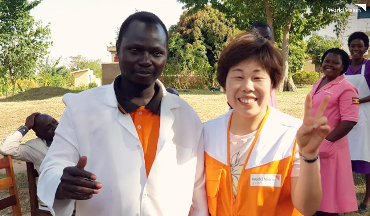 우간다 부사바 보건소장님과 이난성 후원자님