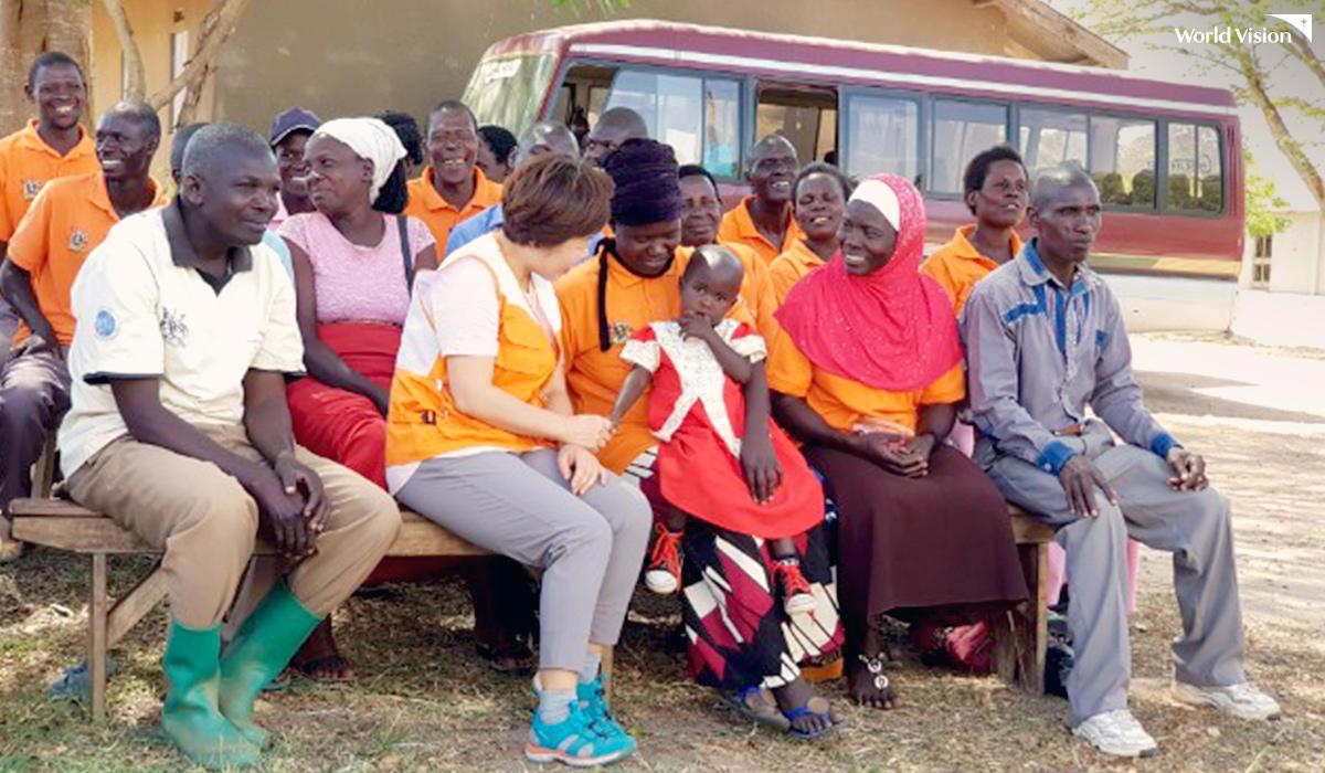 우간다에서 마을 주민들과 즐거운 시간