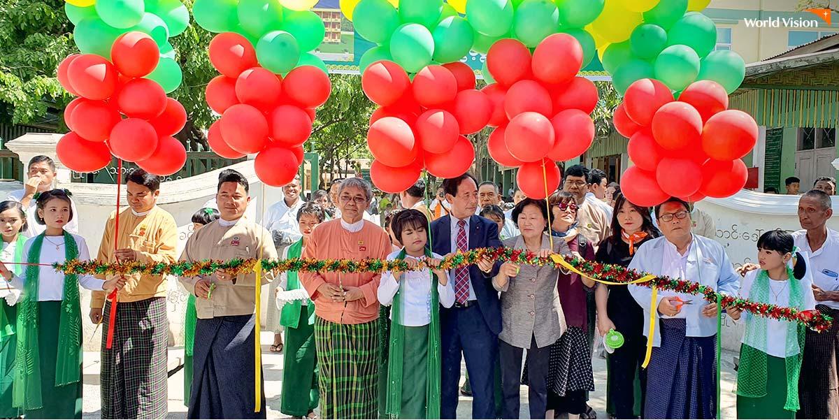 미얀마 학교 완공식에 참석한 이민성 후원자 가족