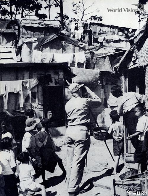 한국 전쟁 직후의 상황을 카메라에 담고 있는 밥 피어스
