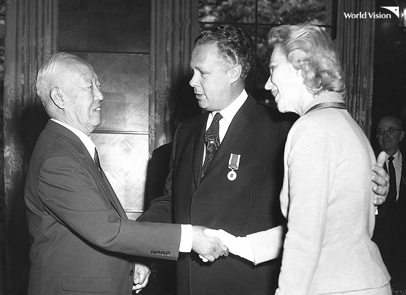 한국에서 사회복지분야의 공익 훈장을 수여받는 밥 피어스(1959.09)