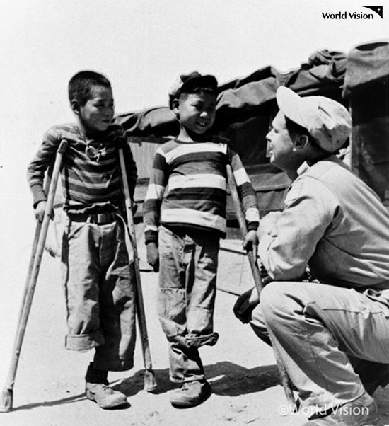 전쟁의 상흔이 남은 아이들을 따뜻한 눈으로 바라보는 밥 피어스