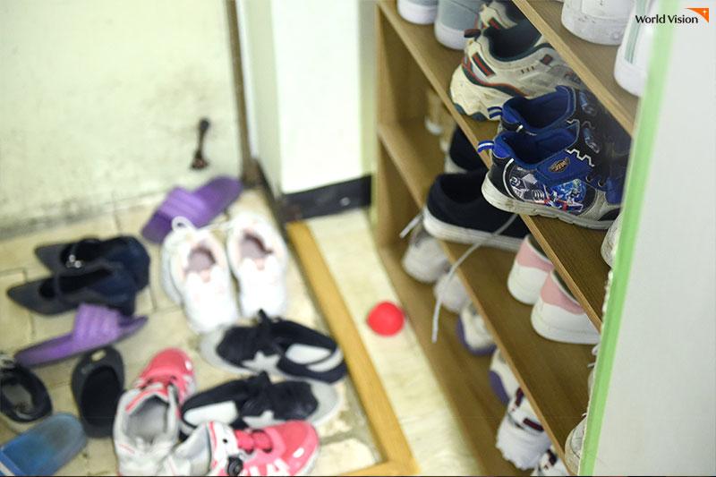일곱 남매의 신발로 빼곡한 신발장