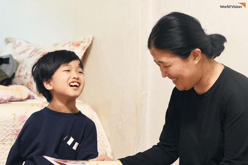 함께 책을 읽는 동민이와 어머니의 모습