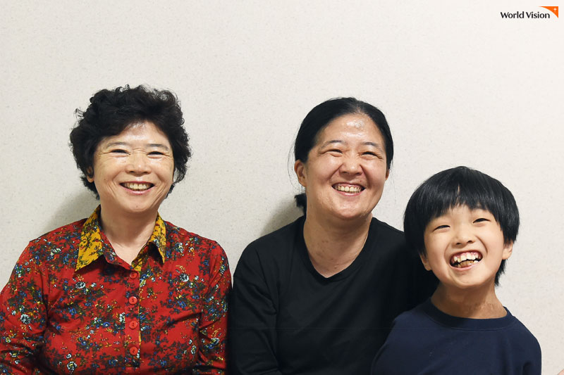 활짝 웃는 할머니, 어머니와 동민이