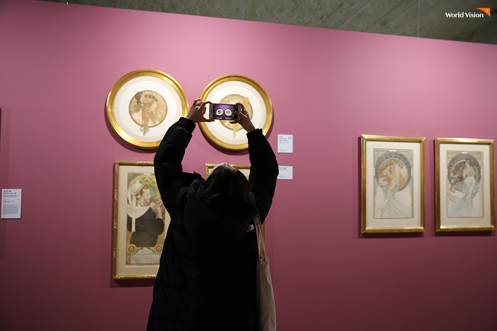 미술관 작품에 집중하는 은혜