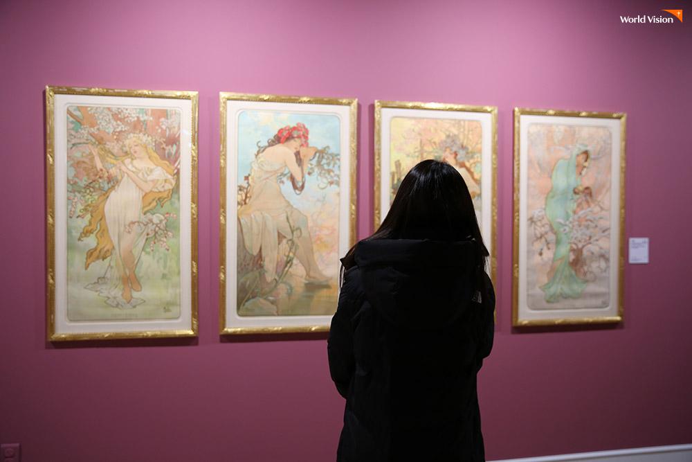 은혜가 정말 좋아하는 작가 '알폰스 무하' 전시회가 마침 서울에서 열려 함께 관람했다. 그림에 빨려 들어갈 듯 집중하는 은혜.