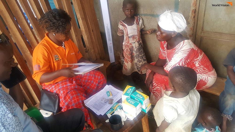 기생충 약을 처방 받고 있는 마유게 지역 아이들