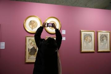 미술관에서 작품에 집중하는 은혜