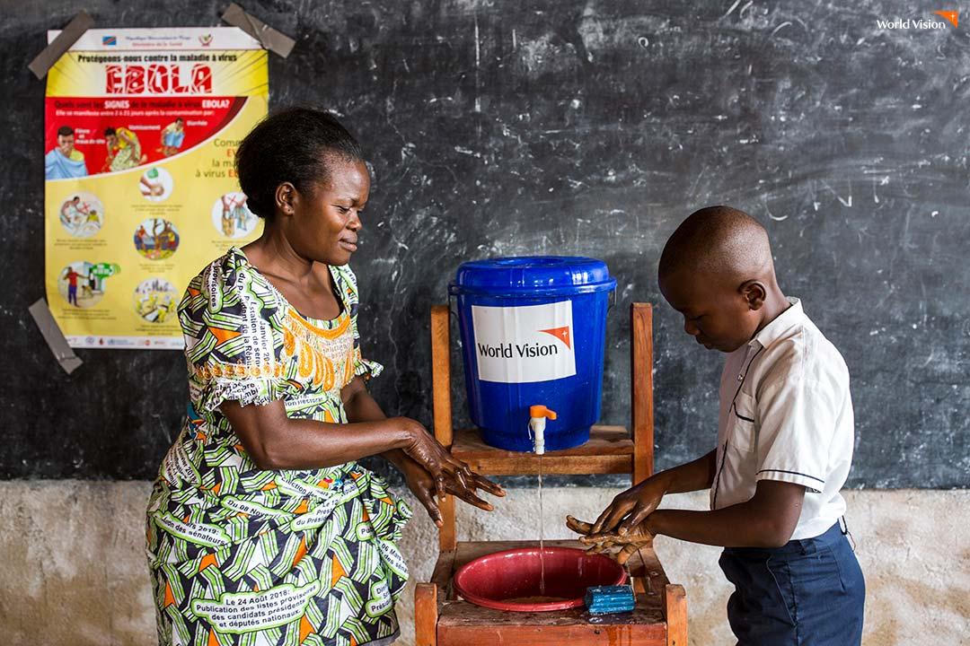 에볼라 감염을 막아주는 바른 손 씻기 교육을 받고 있는 학생들