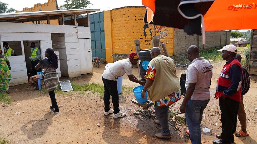 에볼라 감역 지역을 방문한 주민들의 상태를 체크하기 위해 월드비전에서 마련한 진료소. 진료소에서 발열 체크 등을 하기 전 깨끗하게 손을 먼저 씻고 있다.