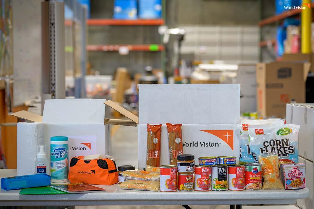 코로나-19 유행 시 취약한 가정에 제공하기 위해 준비 중인 생필품 키트(비누, 손소독제, 마스크, 식료품 등)