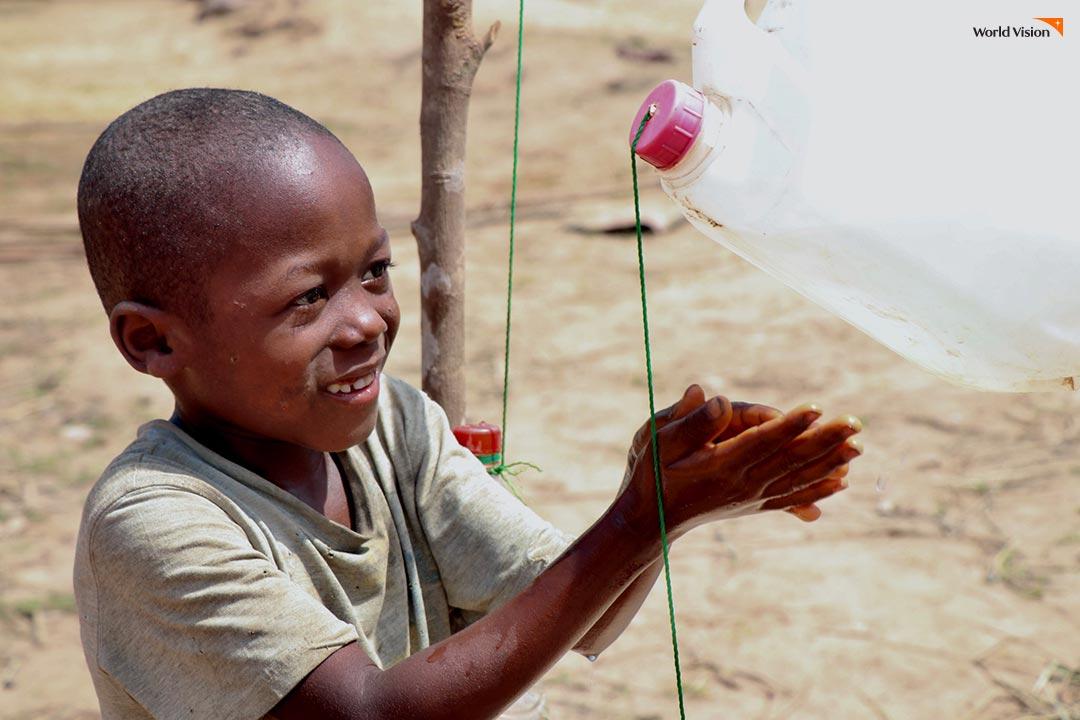 개인 위생 관리를 할 수 있도록 비누로 꼼꼼하게 손 씻기 교육을 받고 있는 시에라리온 어린이