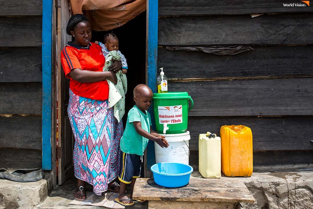 에볼라 감염 예방을 위해 가정마다 지급된 비누와 손 씻기 도구 등 위생 용품