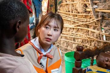 조이스의 얘기를 듣고있는 홍은희 홍보대사
