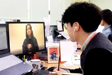 컴퓨터 화면으로 아동 영상을 보고 있는 면접관