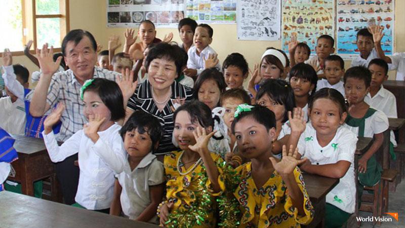 미얀마 사업장 학교에서 아이들과 환하게 웃는 김재옥 후원자.