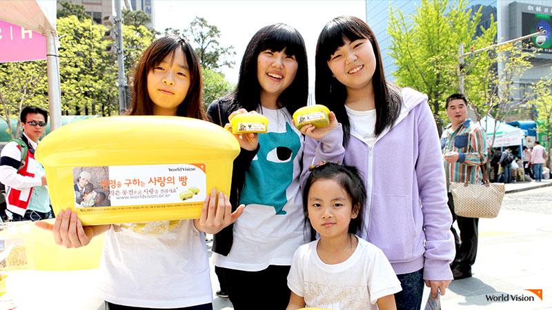 사랑의 빵 캠페인에 참여한 여자아이들 4명 사진
