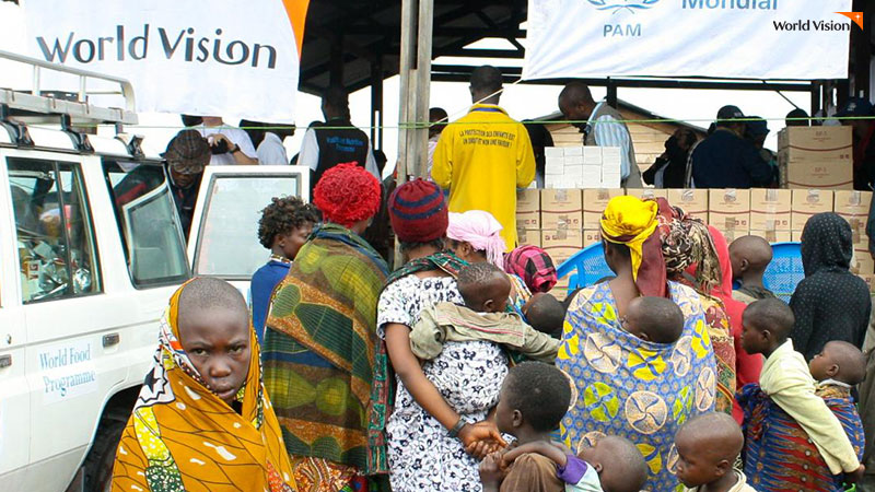 UN세계식량계획에서 아프리카 사람들에게 식량을 나눠주는 사진