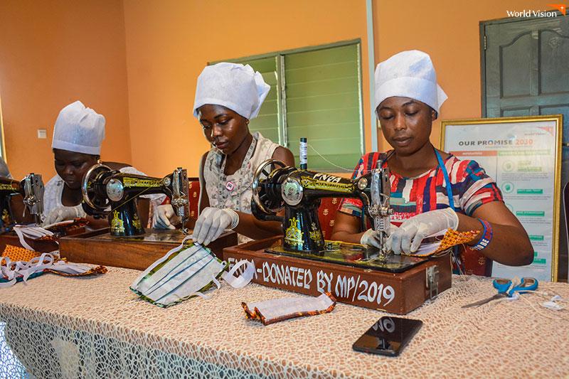 재봉틀로 마스크를 만들고 있는 아프리카 여성