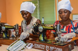 마스크 제작중인 아프리카 여성들