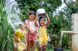아동을 위한 자립마을 식수시설 설치에 즐거워 하는 아이들