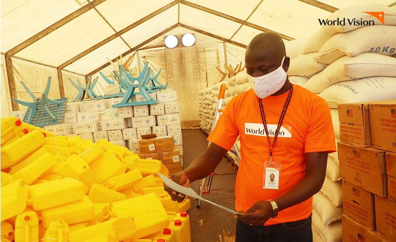 취약아동을 위한 긴급구호 물품 리스트를 확인하는 현지 직원의 모습