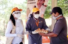 달걀을 지역주민에게 건네고 있는 모습. 사진