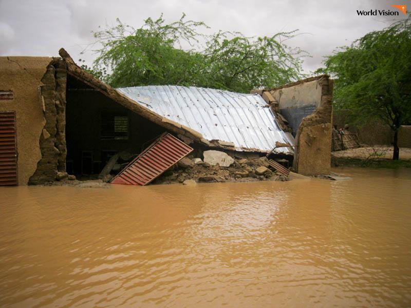 물에 잠겨 무너진 주택 사진