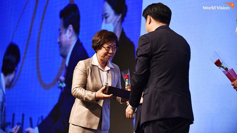 서울시의회 의장상을 수여받고 있는 최병길 후원자. 사진