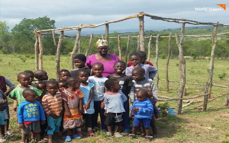음키웨니 에시부크웨니 마을돌봄센터 건축 이전 모습과 아이들