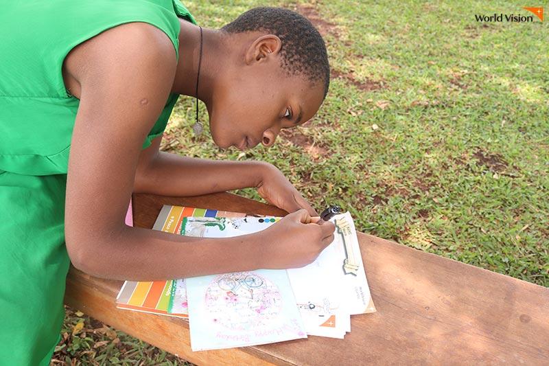 후원자에게 보낼 편지를 정성을 다해 작성하고 있는 아동