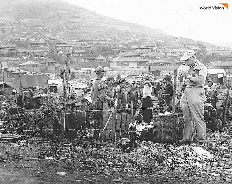 전쟁이 휩쓸고 간 한국은 모든 것이 부족한, 황폐한 모습 그 자체였어요.
