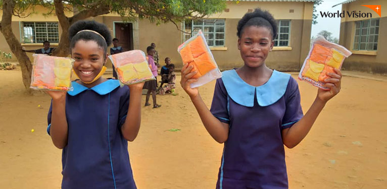 여학생들이 월드비전 키트를 들고 있는 모습