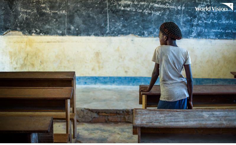 교실에 혼자 앉아있는 여자아이의 뒷모습