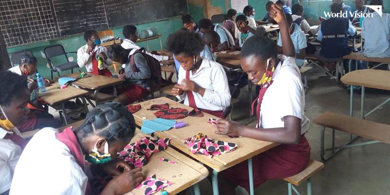 생리대 만들기 교육에 참여하고 있는 여학생들 모습