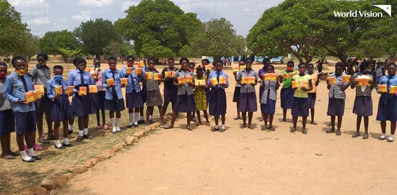 면생리대 키트를 들고있는 여학생들의 모습