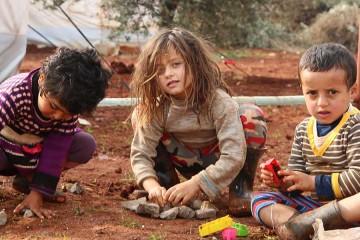 흙바닥에서 노는 시리아 아동들