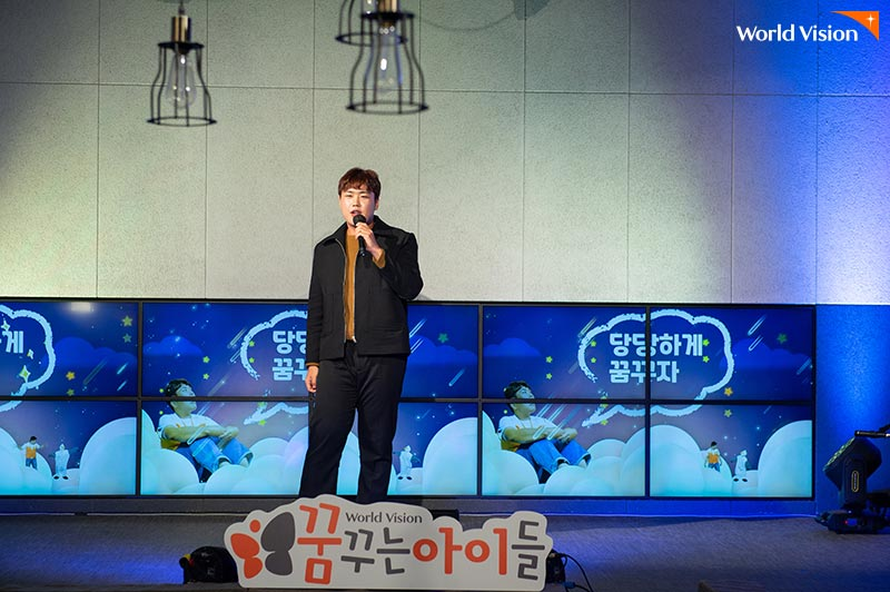 고정우 가수가 자신의 곡 '잘 될 끼다'를 열창하며 오프닝 무대를 하고 있는 사진