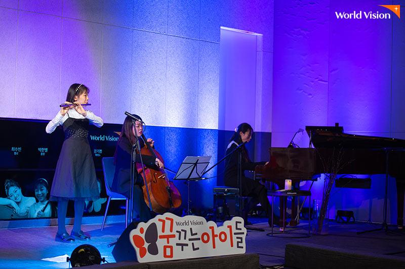 왼쪽부터 박한별, 최수빈, 강기쁨이 함께 무대에서 합주하고 있는 사진