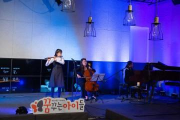 시각장애를 가지고 있는 플룻연주자 박한별 학생의 무대 연주 사진
