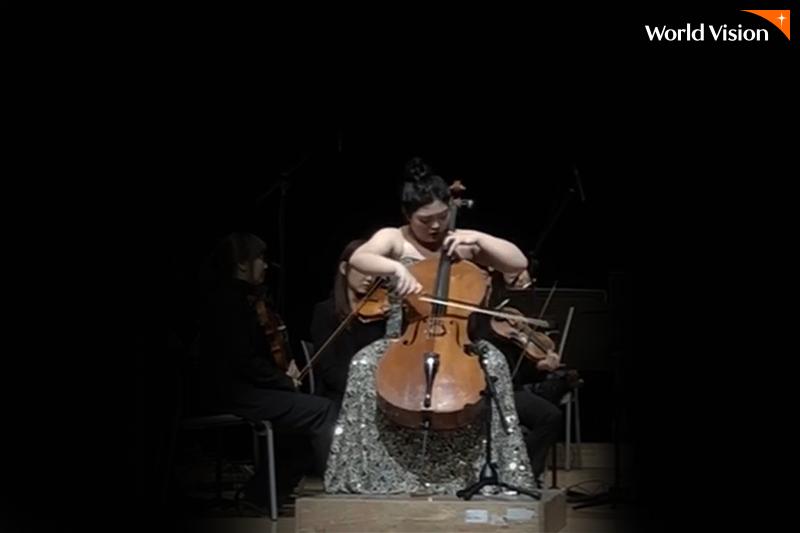 무대 위에서 오케스트라와 함께 협주를 하고 있는 수빈이의 사진