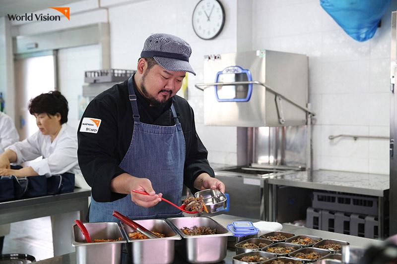 김소봉 셰프가 도시락을 만들고 있는 모습
