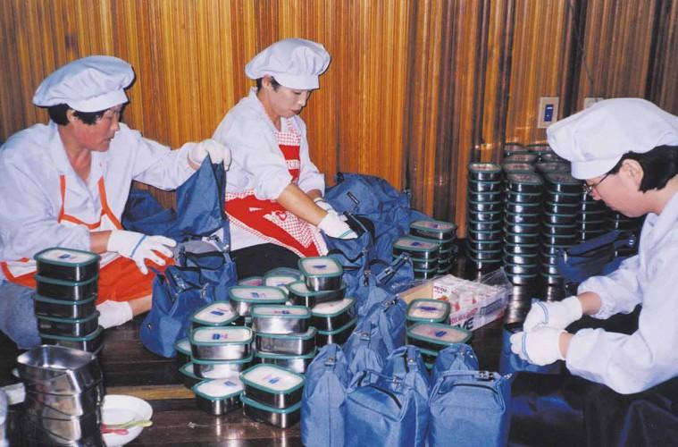 2000년 대 사랑의 도시락을 만들고 있는 봉사자들의 모습