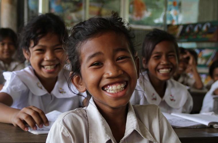 아이들이 환하게 웃으며 정면을 보고 있는 모습