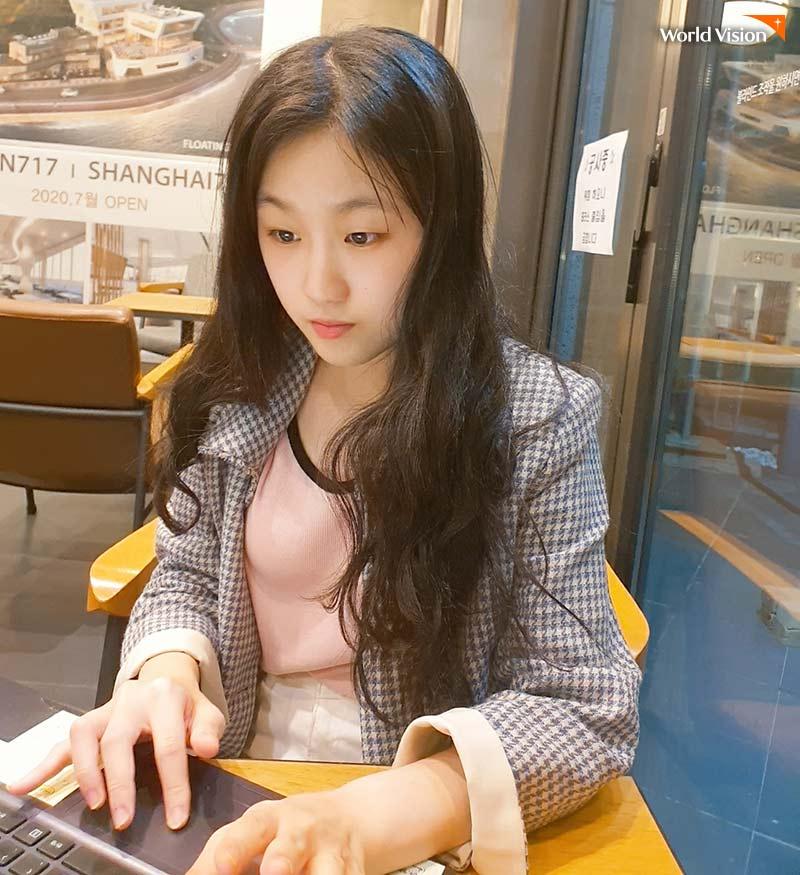 카페에서 열심히 번역을 하고 있는 이해랑 봉사자