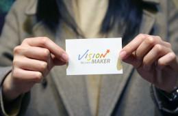 Vision maker 명함을 들고 있는 봉사자의 손
