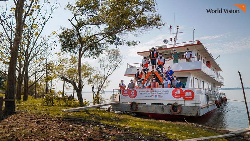 아마존 강에서 구호활동을 위해 선박을 육지에 정착시키고 있는 월드비전 관계자들