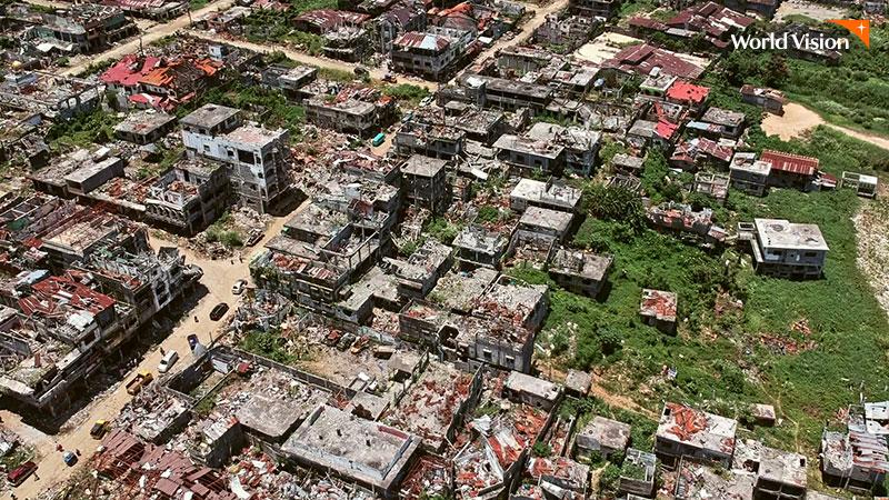 민다나오 도시가 자연재해로 파괴되어 있는 사진