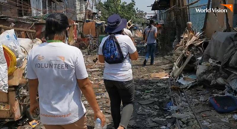 자연재해로 파괴된 도시를 월드비전 직원이 확인하고 있는 모습